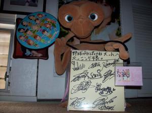 E.T. with Momusu autograph card.