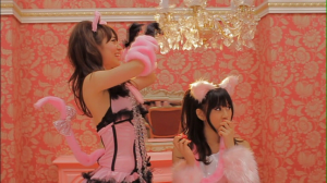 "Yuko preparing to attack~♥ Acchan in ""Heavy Rotation""..."