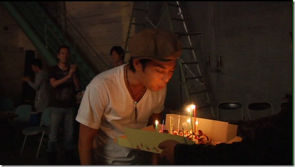 "Tsubasa celebrates his birthday on the set of ""Ai wa takaramono""..."